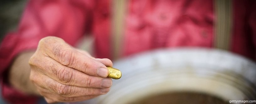кусок золота в руке