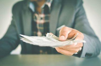 обращаться с деньгами