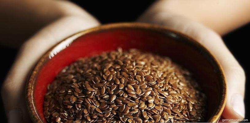 Льняные семена в чашке