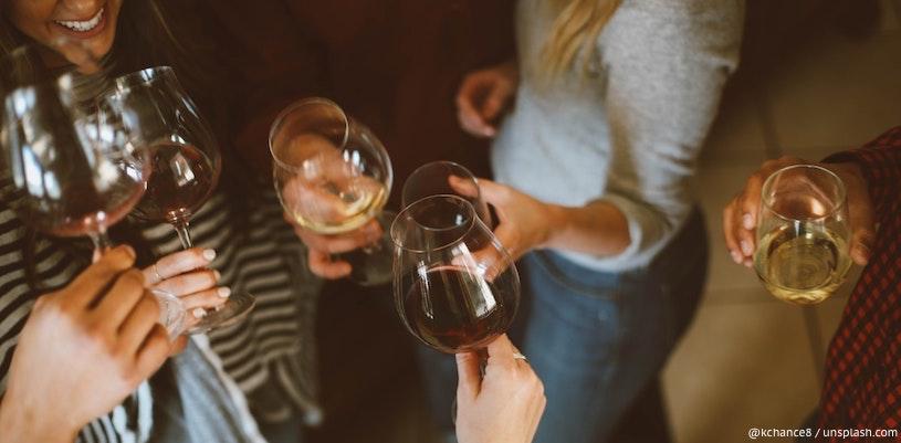 молодые люди пьют вино