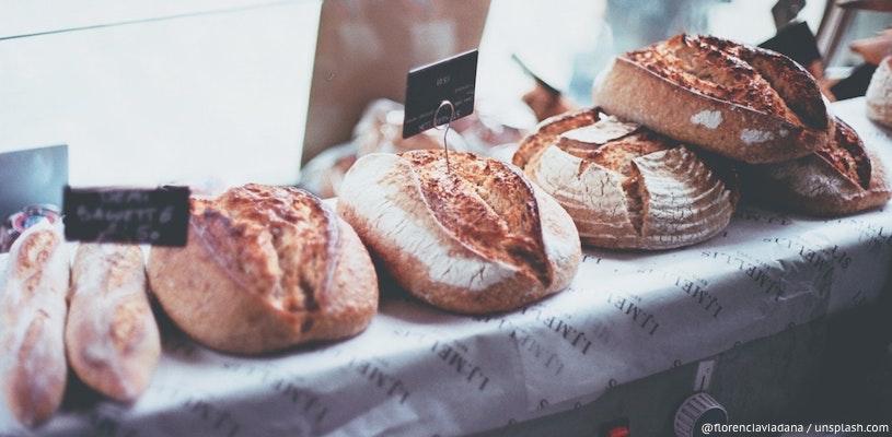 свежий хлеб на прилавке