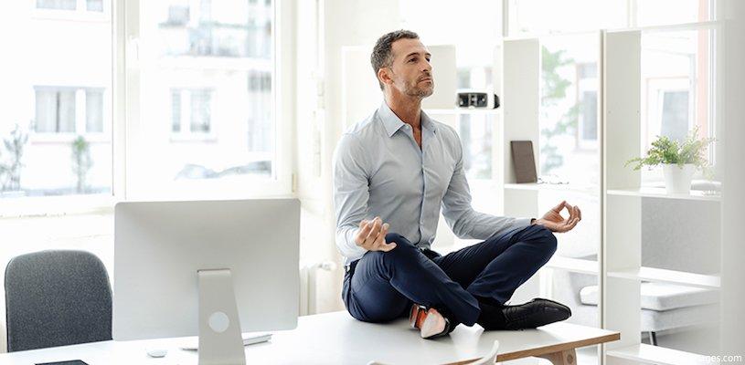 мужчина делает медитацию в офисе