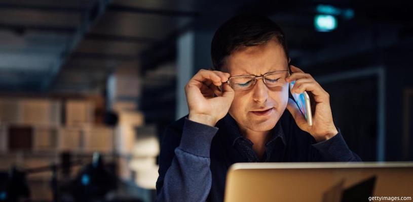 мужчина нервничает и говорит по телефону