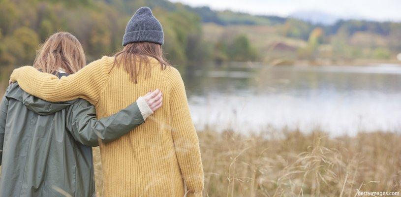 две девушки обнимаются на природе