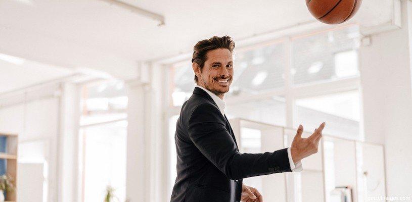 мужчина испытывает радость в офисе