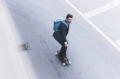 бизнесмен едет на скейте