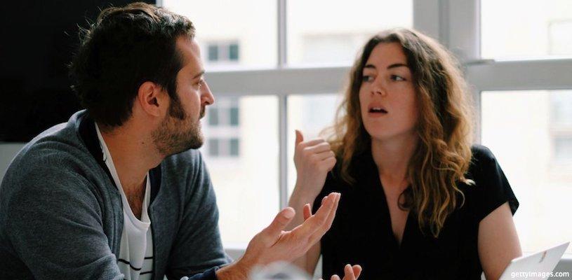два сотрудника спорят на работе