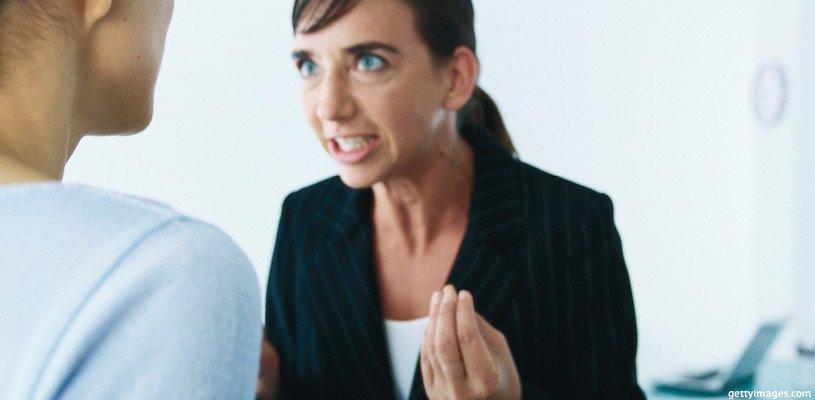 две женщины ругаются на работе