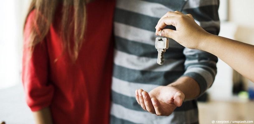 Изображение - Сбербанк снизил ставки по ипотеке - актуальные ставки и программы в 2019-2020 году molodaya-semya-poluchaet-klyuchi-ot-kvartiry