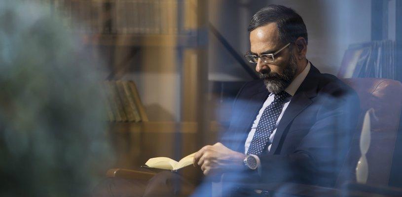 взрослый мужчина читает книгу