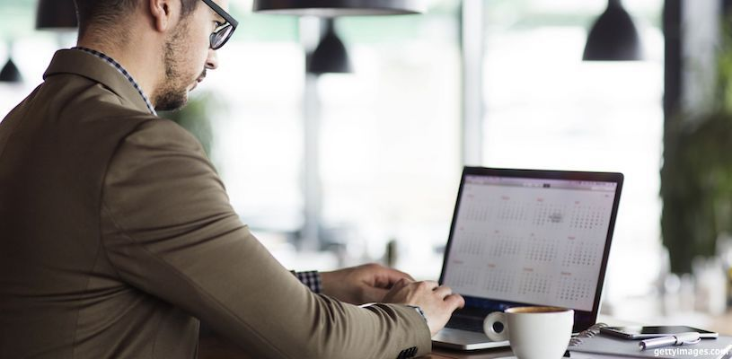 бизнесмен смотрит календарь на компьютере