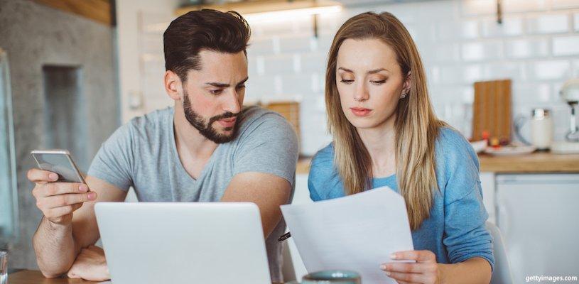 молодая пара анализирует счета