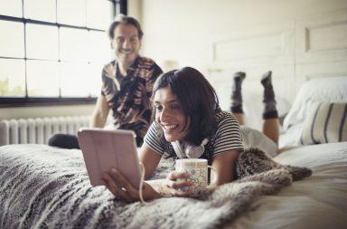 молодая пара смотрит сериал на планшете