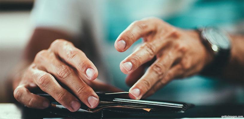 мужчина лезет руками в кошелёк