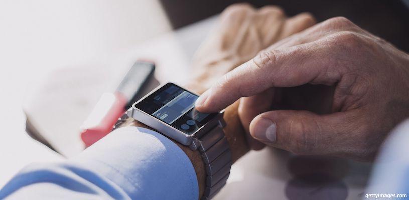 мужчина смотрит на наручные часы