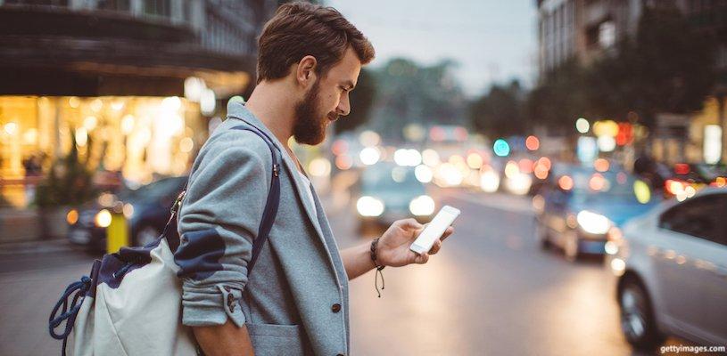 мужчина тыкает в смартфон