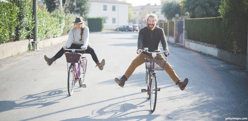 парень с девушкой на велосипедах