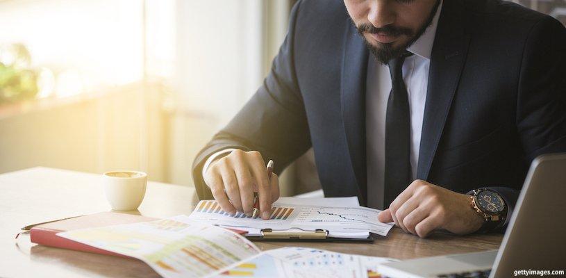 предприниматель смотрит на графики