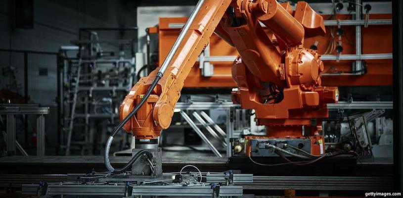 робот на заводе по производству металла