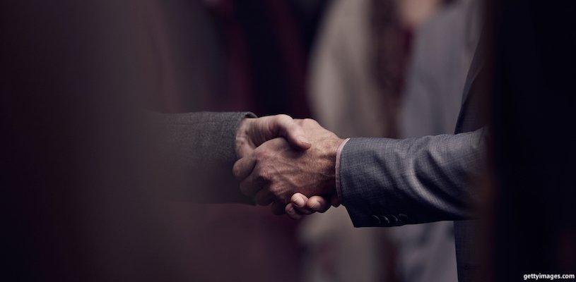 рукопожатие двух деловых людей