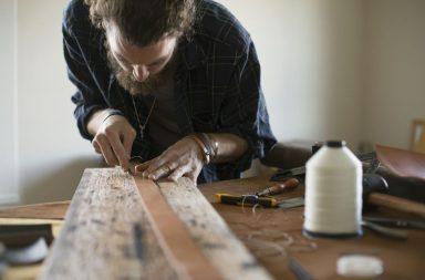 самозанятый мужчина занимается ручным трудом