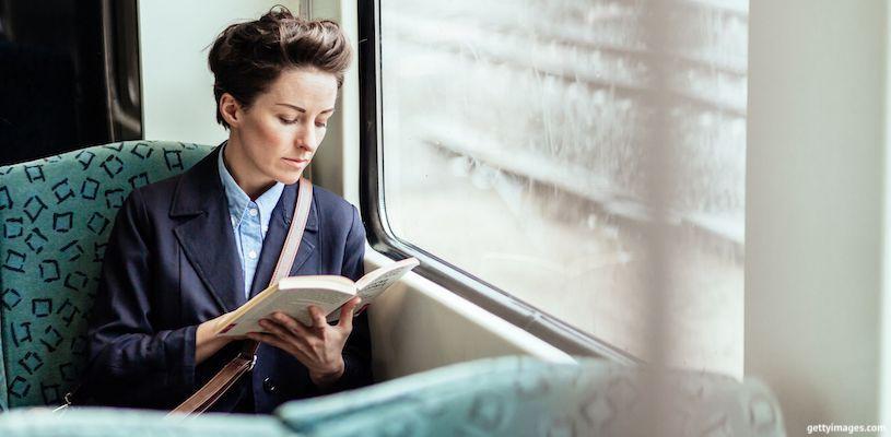женщина читает в общественном транспорте