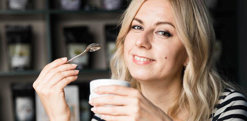 Анна Цфасман с чашкой кофе