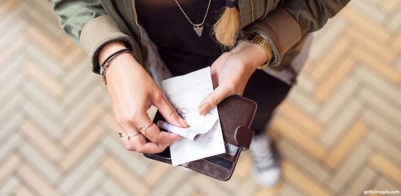 девушка держит в руках купюру