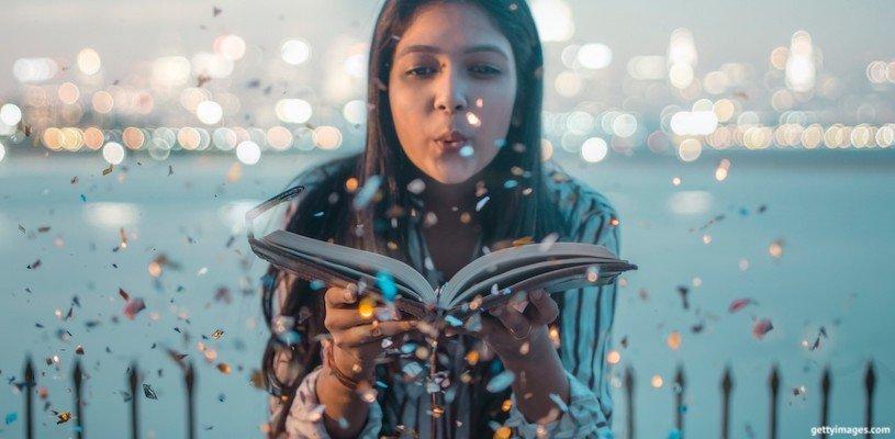 девушка раскрывает книгу