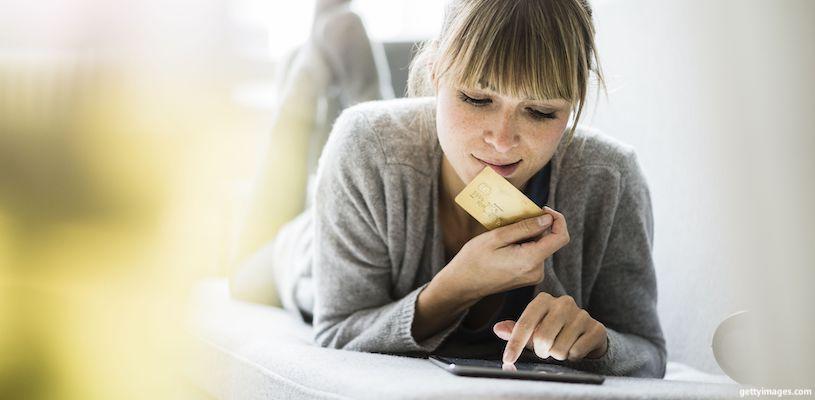 девушка выбирает товар в интернете