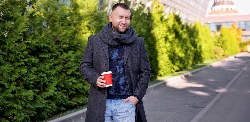 Дмитрий Кибкало с кофе в руках