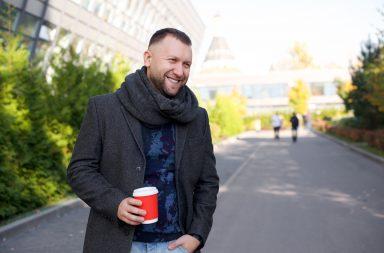 Дмитрий Кибкало с кофе в руке