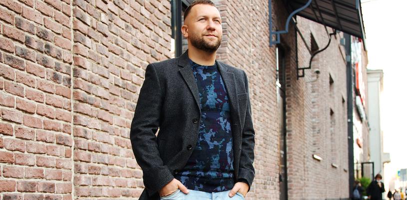 Дмитрий Кибкало стоит на улице