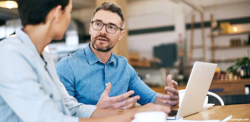 мужчина рассказывает подруге как купить акции