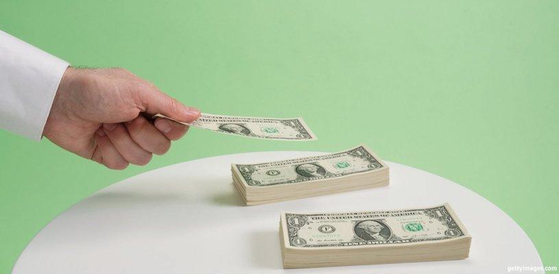 мужчина складывает деньги
