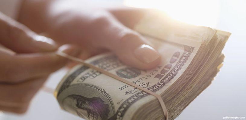 пачка денег в руке