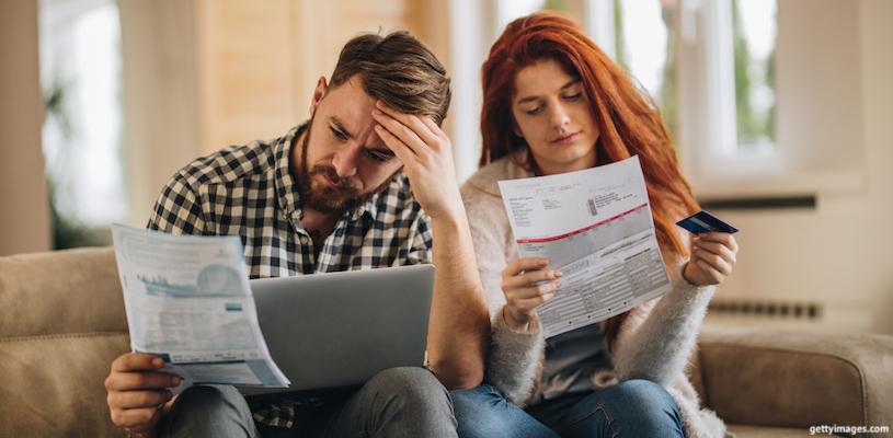 пара рассматривает свой семейный бюджет