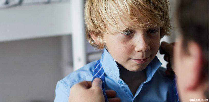 родитель завязывает галстук сыну
