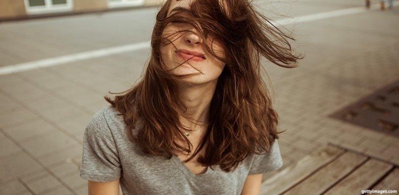 волосы развиваются на ветру