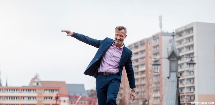 бизнесмен балансирует на мосту