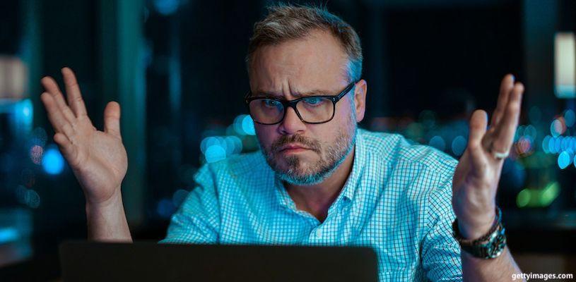 мужчина в недоумении перед компьютером