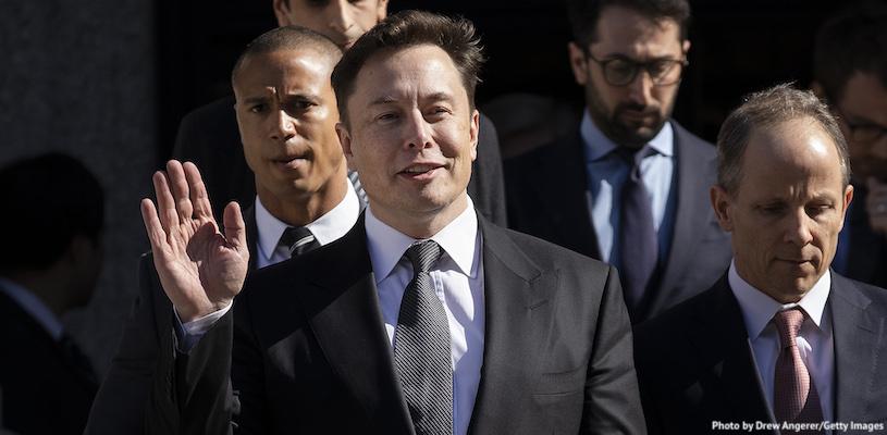 Илон Маск машет рукой