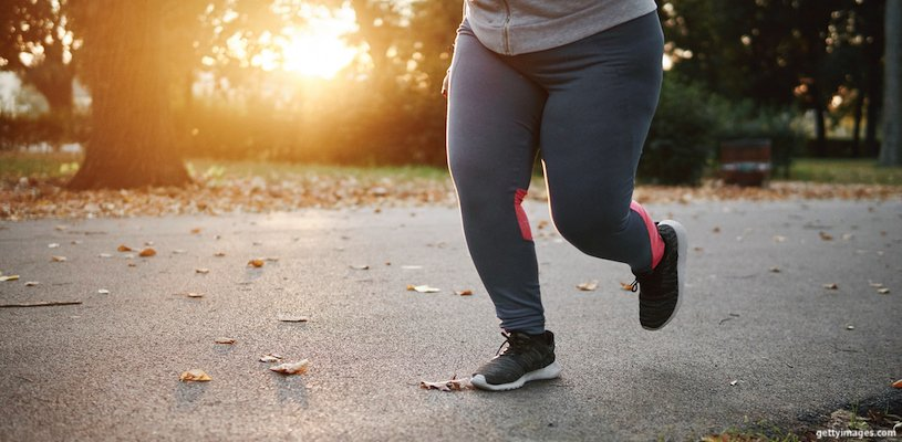 толстая девушка делает пробежку