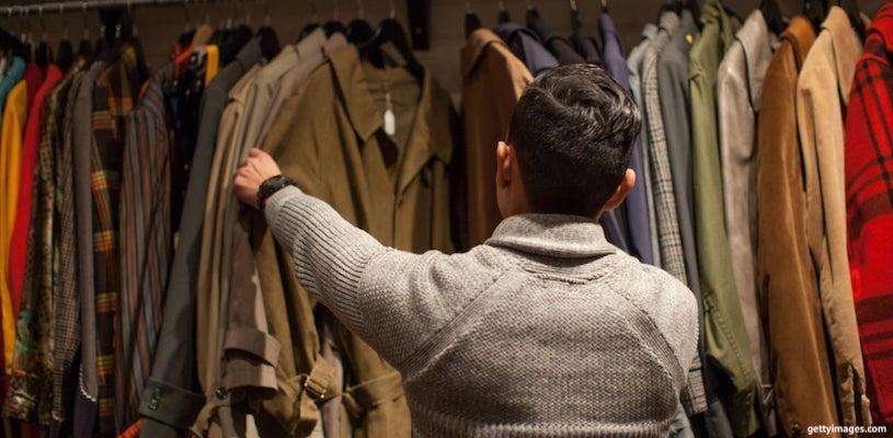 мужчина выбирает одежду