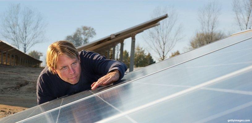 работник изучает солнечные батареи