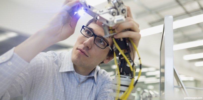 человек собирает робота