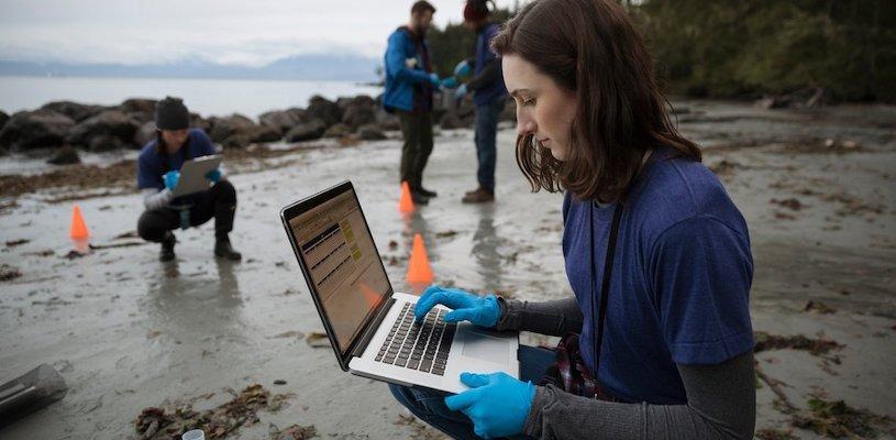 эколог собирает показатели воды