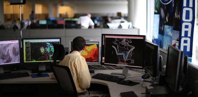 Метеоролог прогнозирует погоду