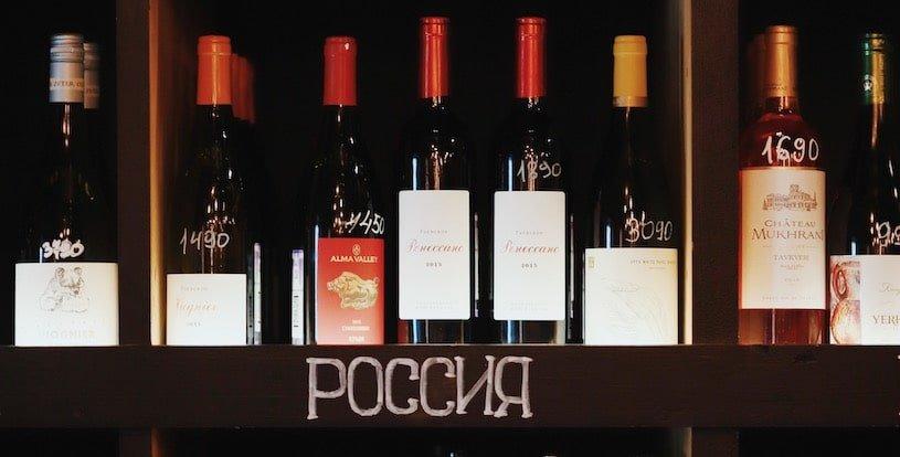 бутылки с вином в винном базаре